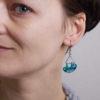 chameleoni náušnice na uchu