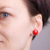 retro náušnice na uchu