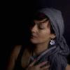 šedé lišky - smaltované náušnice na uchu modelky