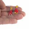žirafí náušnice na ruce