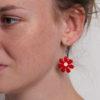 červené náušnice květiny na modelce