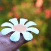 bílá smaltovaná brož kytička