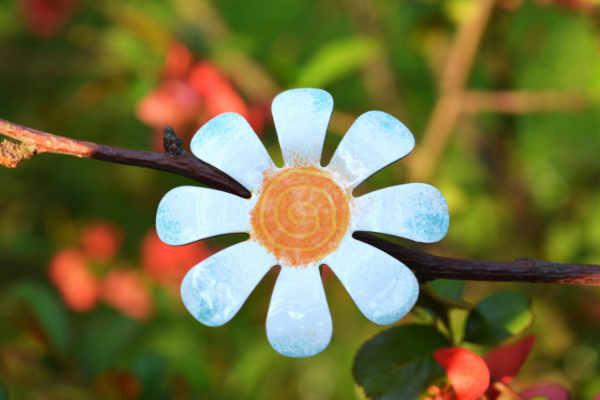 bílá kytka brož