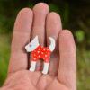 červený pes brož na ruce