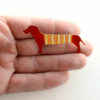 červený jezevčík na ruce
