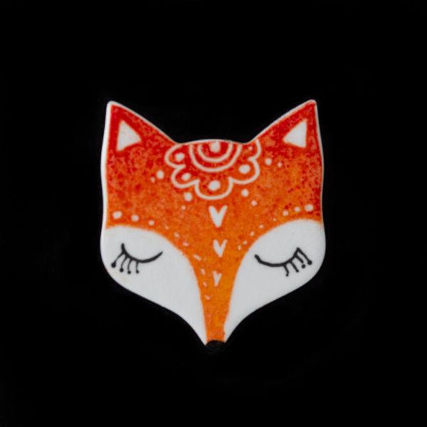 malováná brož spící liška s folklorními motivy oranžová barva