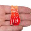 oranžová kočka na ruce brož
