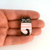 růžová kočka na ruce