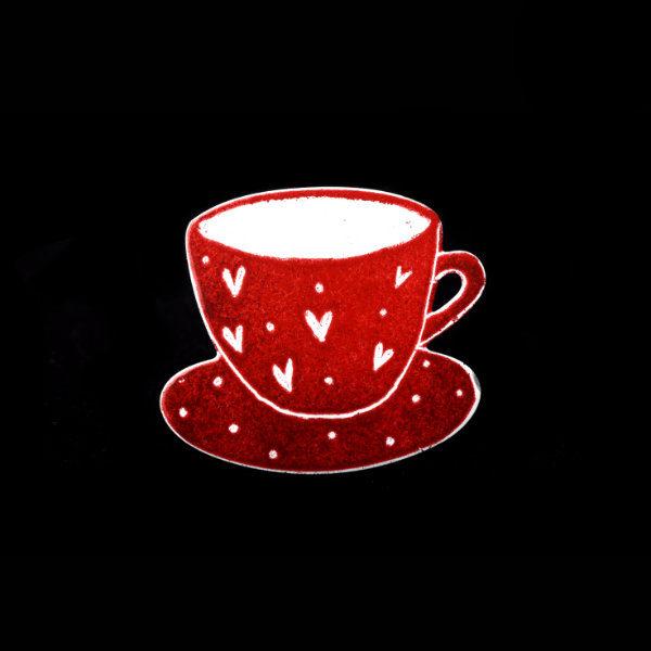 brož červený hrnek kávy
